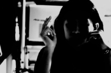 امرأة تدخن
